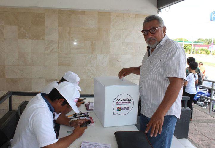 Las tarifas que se cobran por la energía eléctrica deben ser sometidas a consulta ciudadana, propone líder empresarial de Chetumal. (Daniel Tejada/SIPSE)