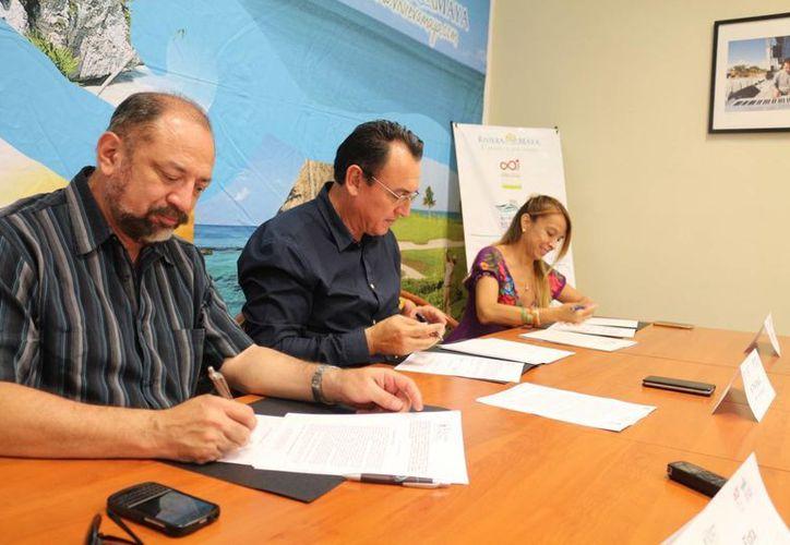 La Unicaribe firmó ayer un convenio con la asociación Riviera Maya Sostenible, que involucra a los estudiantes. (Adrián Barreto/SIPSE)