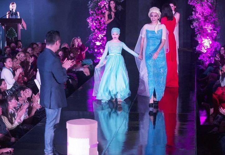 """Doce niñas desfilaron por la pasarela de """"Diseñadores de Ilusiones"""", anteanoche en el Club Libanés. (Milenio Novedades)"""