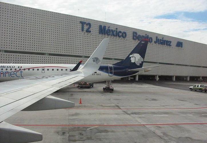 La T-2 fue diseñada para manejar hasta 10 millones de pasajero, pero ahora transitan por ella más de 30 millones de viajeros. (aeropuertos.net)