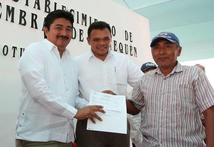 Por cada kilo de henequén que produzca el trabajador obtendrá un peso. Zapata Bello aparece con productores. (SIPSE)