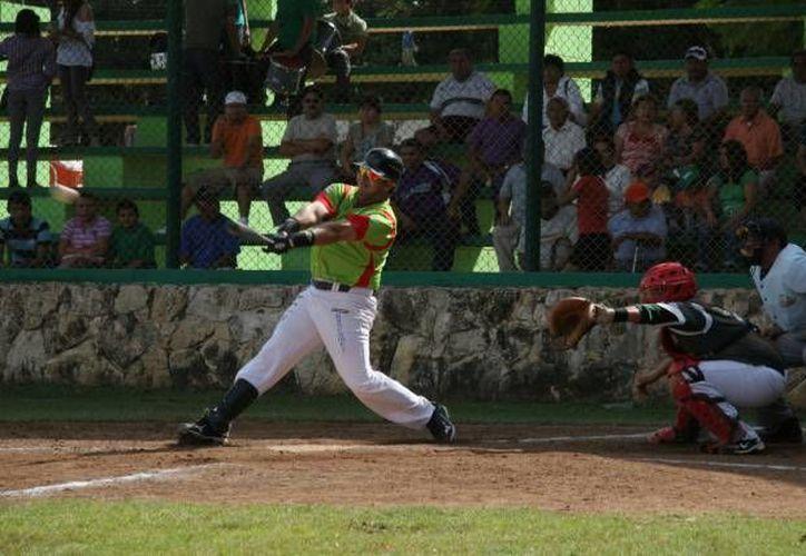 Selección González, que perdió el primer juego de pléiofs contra Bombarderos, ahora salió con el triunfo en la Liga de Veteranos de sóftbol de la colonia Cortés Sarmiento. (Milenio Novedades/Foto de contexto)