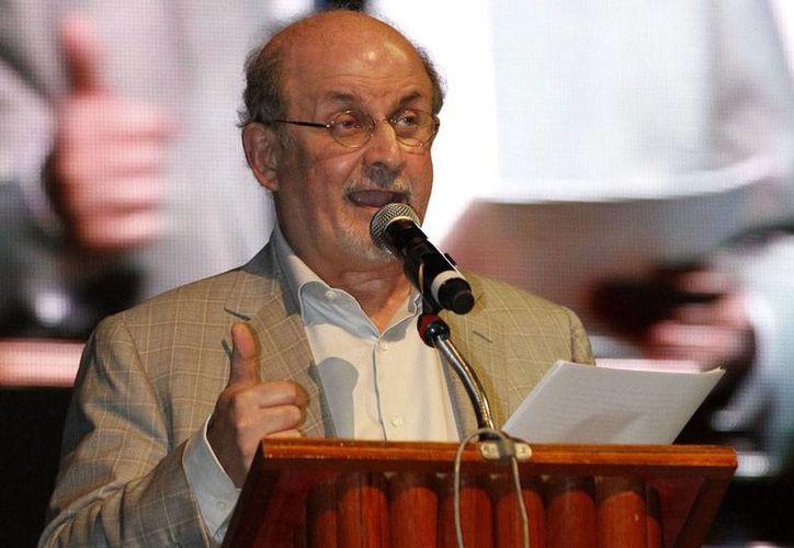 """""""Enamorarse de un libro o una historia nos hace cambiar"""", aseguró Salman Rushdie en el Hay Festival de Xalapa. (Notimex)"""