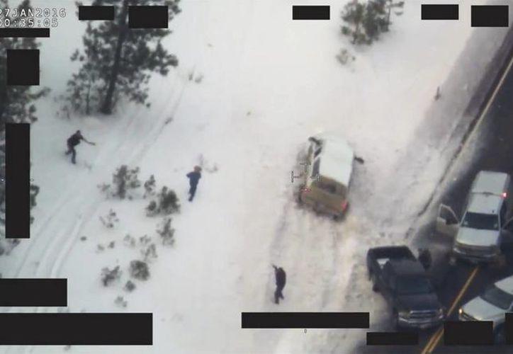 Captura de vídeo facilitada por el FBI que muestra el cuerpo de Robert <i>LaVoy</i> Finicum, mientras se lleva las manos a su chaqueta durante una operacióm conjunta entre el FBI y la policía de Oregon, cerca de la reserva natural de Malheur en Oregon, E.U. (EFE)