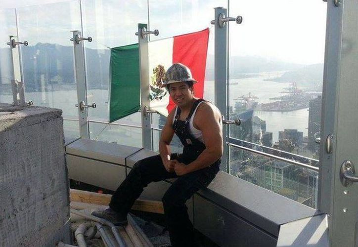 Diego Reyna colocó una bandera mexicana como protesta por las declaraciones del polémico precandidato republicano a la Casa Blanca, Donald Trump, contra los mexicanos. (Facebook Diego Saul Reyna)
