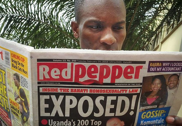 """El diario sensacionalista de Uagnda <i>The Red Pepper</i> publicó los nombres y algunas fotografías en su primera plana bajo el encabezado """"¡Expuestos!"""". (Agencias)"""