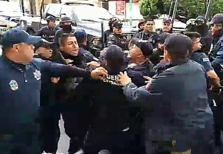 Policías Municipales y Estatales se enfrentaron para evitar la detención del director de Seguridad Pública. (Foto: Captura de video)