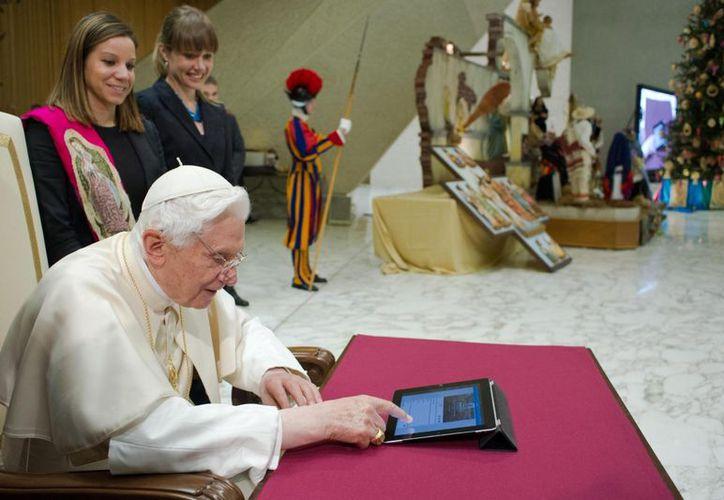 Benedicto XVI mientras publicaba por primera vez en Twitter, el pasado miércoles. (Archivo/EFE)