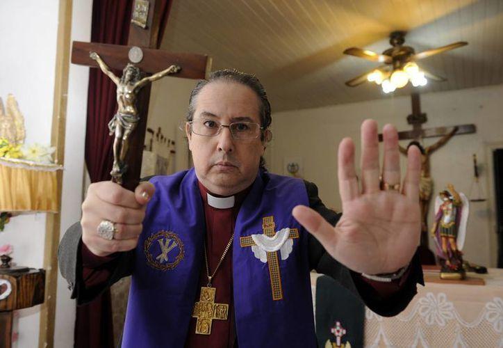 Imagen del obispo luterano Manuel Acuña, quien durante 15 años se ha dedicado a realizar exorcismos en Argentina. (EFE)