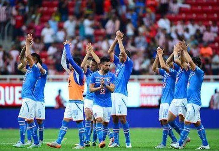 El Cruz Azul celebra su triunfo por un solitario gol ante las Chivas del Guadalajara este domingo. (Milenio)