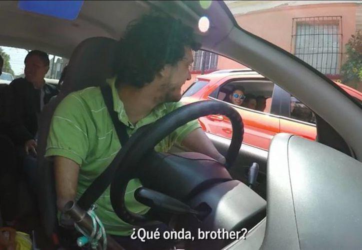 Rafael conduce su automóvil con gran destreza y muchos de sus pasajeros le han dado muy buena calificación en la plataforma de Uber. (Captura de pantalla/El País)