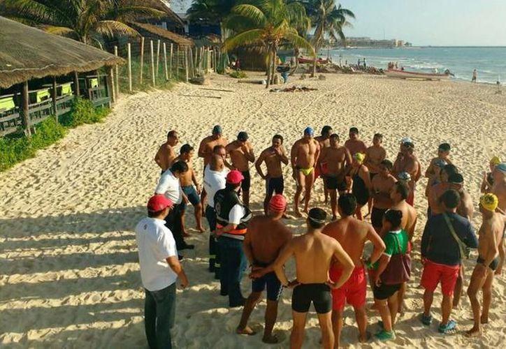 Reconocieron la labor de los guardavidas en Playa del Carmen y entregaron equipos de primeros auxilios. (SIPSE)