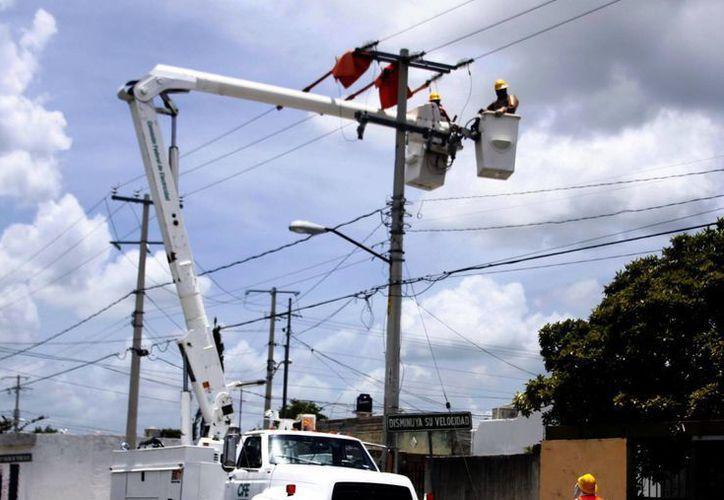 El pago por el servicio eléctrico en ocasiones rebasa a las comunas. (Milenio Novedades)