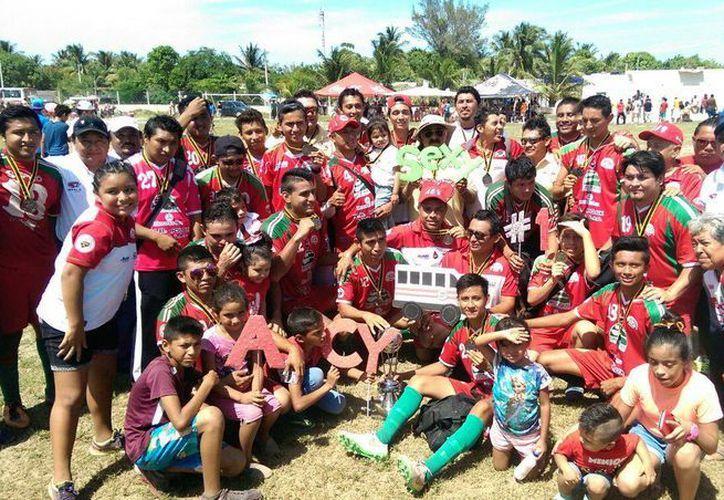 Los jugadores de Camioneros Rojos celebran con el trofeo, al ascender a la Primera Fuerza Estatal. (Milenio Novedades)