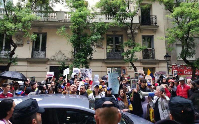 Denuncian asedio a la embajada de Venezuela en España