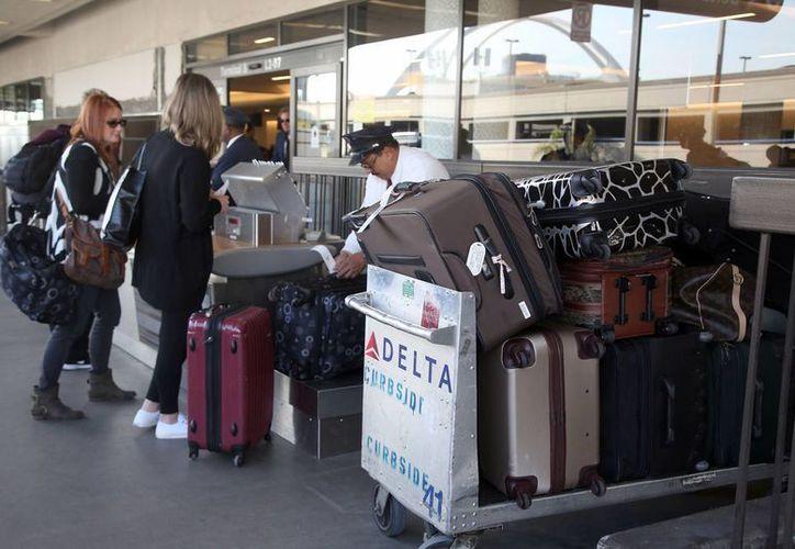 Los trabajadores señalados registraban las maletas en busca de objetos de valor que luego vendían a través de internet. (Agencias)