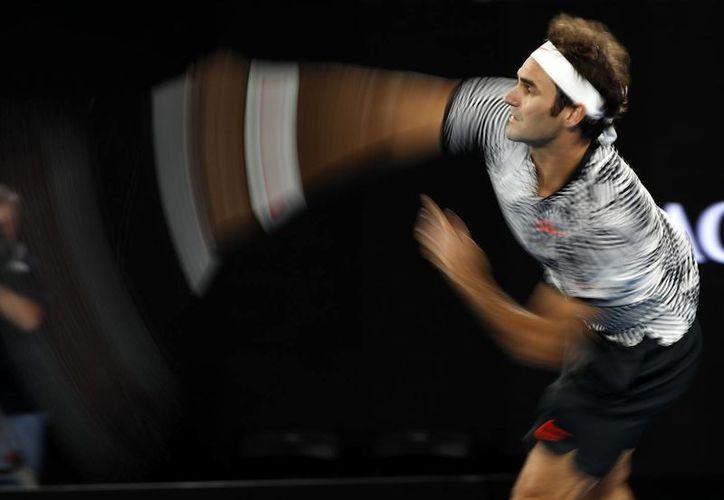 El tenista Roger Federer avanzó en el Abierto de Australia: derrotó a Tomas Berdych. (Kin Cheung/AP)