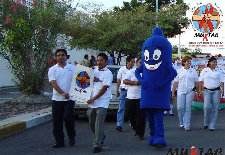 Integrantes de Manos Unidas por ti Quintana Roo llevó a cabo varias campañas para prevenir el VIH-Sida. (Joel Zamora/SIPSE)