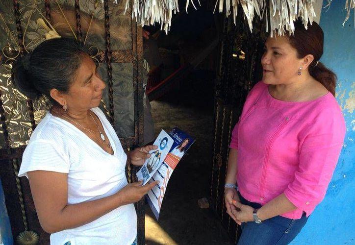 La senadora Rosa Adriana Díaz Lizama visita a un militante panista de Yucatán para promover la candidatura de Ernesto Cordero. (SIPSE)