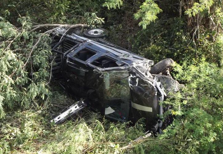 La patrulla salió <i>volando</i> y cayó desde una altura de cinco metros. Rubén Cervantes y Daniel Chávez, resultaron con lesiones severas. (Milenio Novedades)