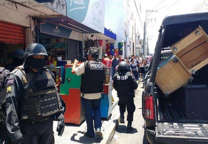 Autoridades decomisaron 12 máquinas tragamonedas en el Centro Histórico. (Candelario Robles/Milenio Novedades)