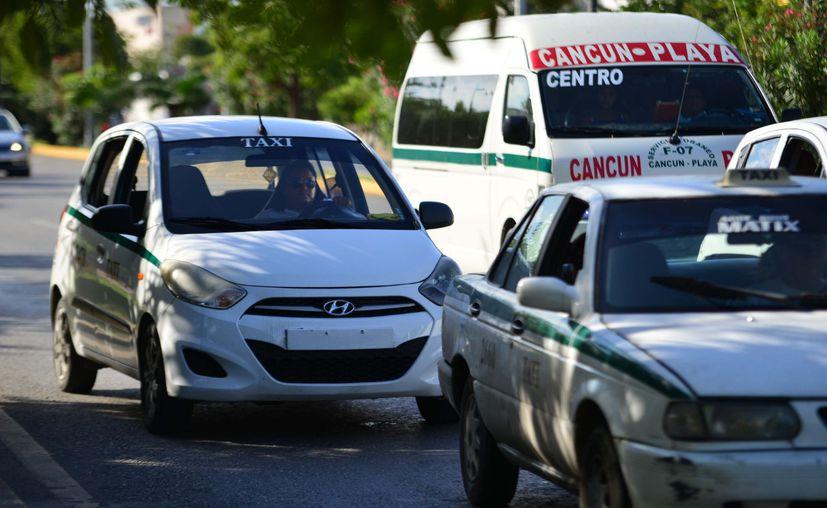 Cuatro mil taxis operan en Cancún con placas no actualizadas. (Karim Moisés/SIPSE)