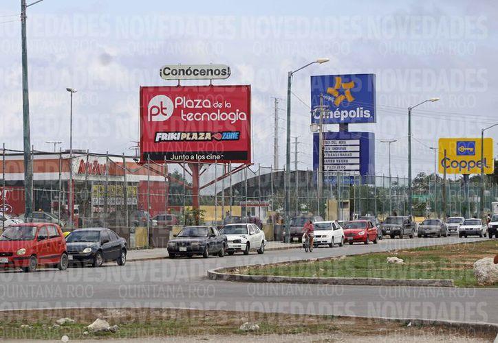 Los propietarios dejan sus vehículos en los alrededores de las plazas.  (Jesús Tijerina/SIPSE)