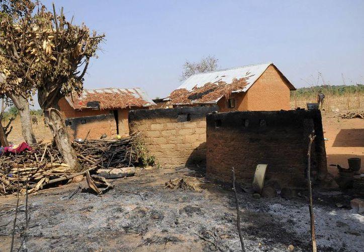 Viviendas calcinadas en la localidad de Bagad, Plateau, en el norte de Niegria, tras un ataque contra una iglesia en diciembre pasado. (EFE/Archivo)