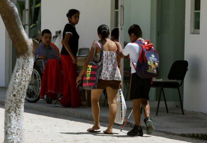 Las personas con discapacidad enfrentan a diario situaciones de discriminación debido a la poca cultura social que hay en materia de respeto hacia ellos. (Redacción/SIPSE)