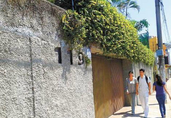 La residencia principal de Andrés Granier, en Villahermosa, es vigilada por dos exescoltas suyos. (Milenio)