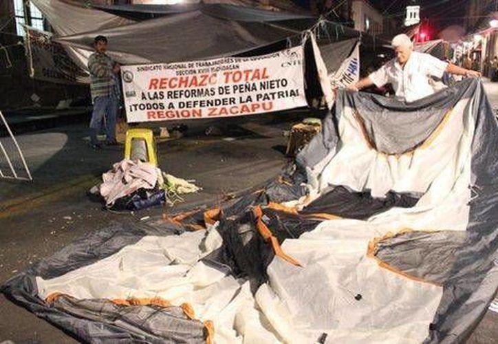 Las casas de campaña de los profesores inconformes fueron retiradas de la avenida Madero de Morelia durante la madrugada de este sábado. (Milenio/Quadratín)