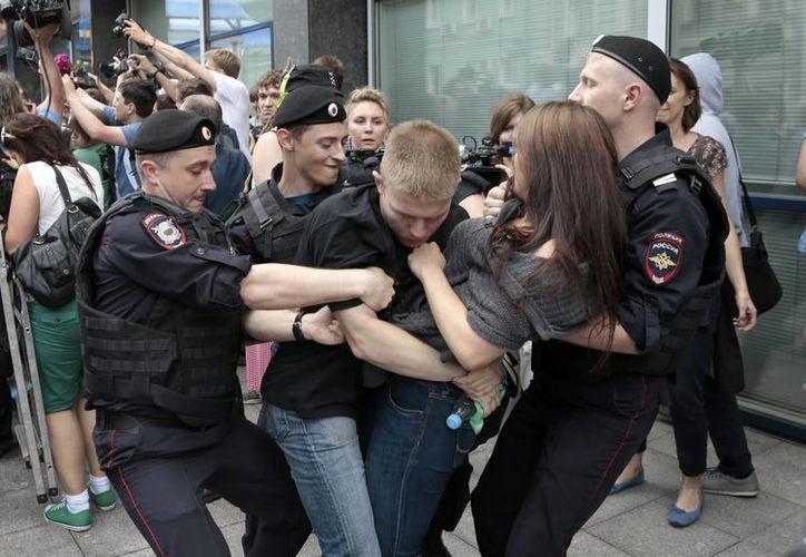 Los agentes de policía detienen a activistas de los derechos homosexuales cuando se reunieron cerca de la Duma Estatal, cámara baja del parlamento de Rusia. (Agencias)