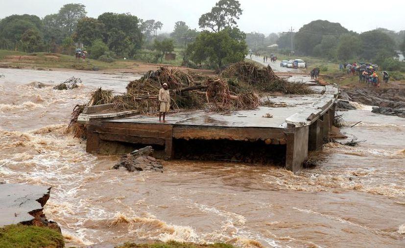 Muchos de los alimentos y medicinas no han podido ser entregados a los afectados ya que el nivel del agua no ha descendido. (Foto: Twitter/@Kizilay)