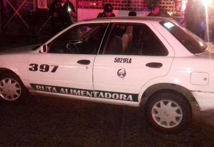 Los agresores llegaron a bordo de un taxi blanco del Servicio Público que habían robado horas antes en en Praderas de Costa Azul. (Javier Trujillo/Milenio)