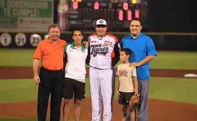 Damián Arce Reza acompañado por su hermano Darío; el lanzador Carlos Bustamante; y los directivos felinos. (Redacción/SIPSE)