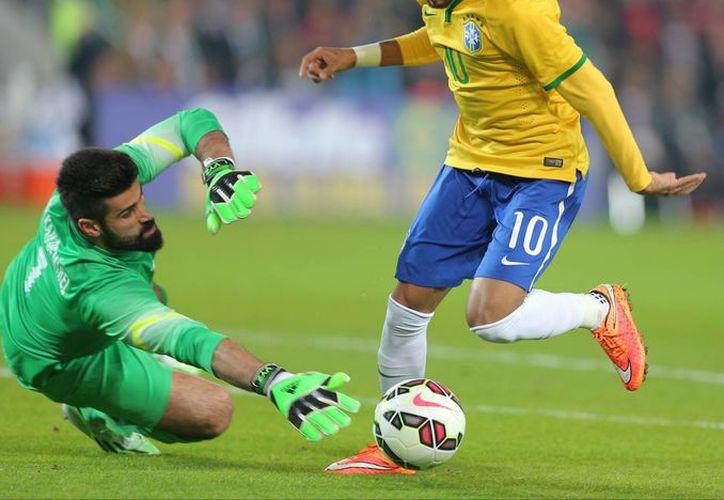 Neymar Jr (d) al momento de esquivar al portero Volkan Demirel para anotar uno de sus dos tantos en el duelo amistoso entre Brasil y Turquía en el estadio de Estambul. (Foto: AP)