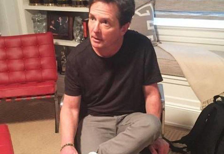 El actor Michael J. Fox se prueba los tenis Nike que su personaje utilizó en la película 'Back to the future 2', y cuyo primer par le entregó este miércoles la compañía deportiva. (Instagram: michaeljfoxorg)