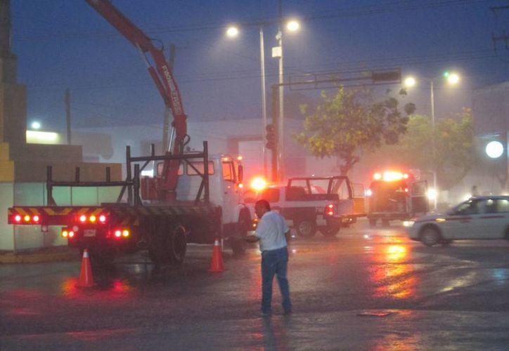 Dos trabajadores que realizaban la instalación de adornos patrios en las calles, resultaron lesionados al recibir una descarga eléctrica.  (Irving Canul/SIPSE)