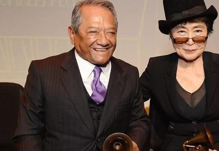 Se le reconocerá a Armando Manzanero por una vida a la promoción del arte y la cultura. En la imagen, el compositor acompañado de Yoko Ono al recibir el Grammy honorífico por su trayectoria. (Milenio Novedades)