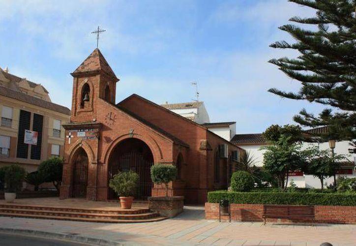 Otros vecinos de San Luis de Sabinillas indican que el párroco puso villancicos en un funeral. (andaluciarustica.com)