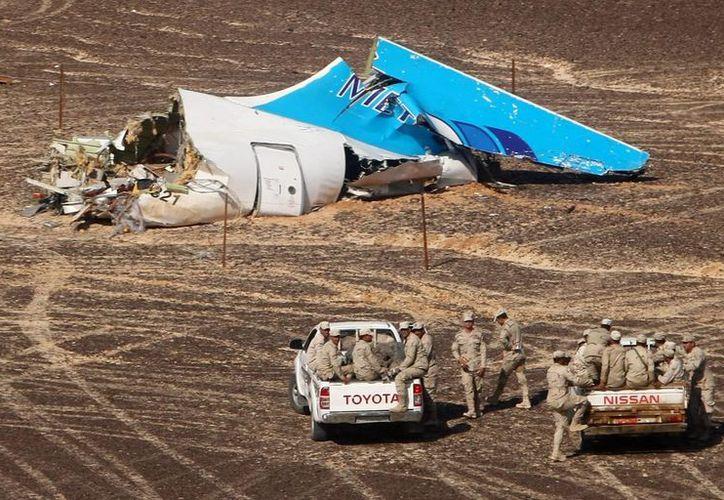 El Ejército egipcio se acerca a los restos del avión ruso que se estrelló en Egipto. Accidente del cual el Estado Islámico dice que provocó con una bomba. (Agencias)