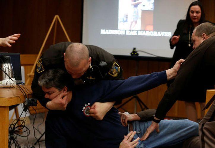 El intento de ataque de Randall Margraves contra Larry Nassar fue frustrado por los agentes de la ley. (Foto: Captura del video)