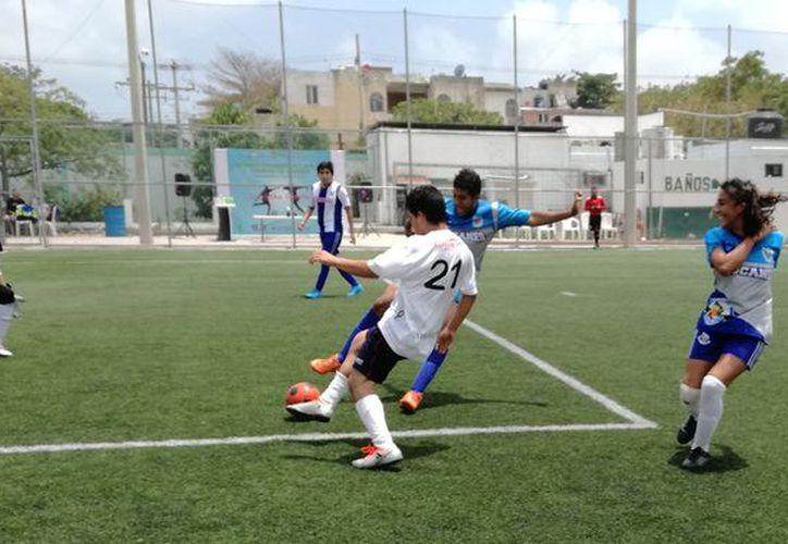 El torneo se desarrolló en la cancha del Sindicato de Taxistas de Cancún. (Raúl Caballero/ISPSE)