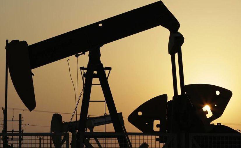 Preocupa a grandes productores de petróleo sobre los efectos de la prolongada caída de precios del crudo. (AP)