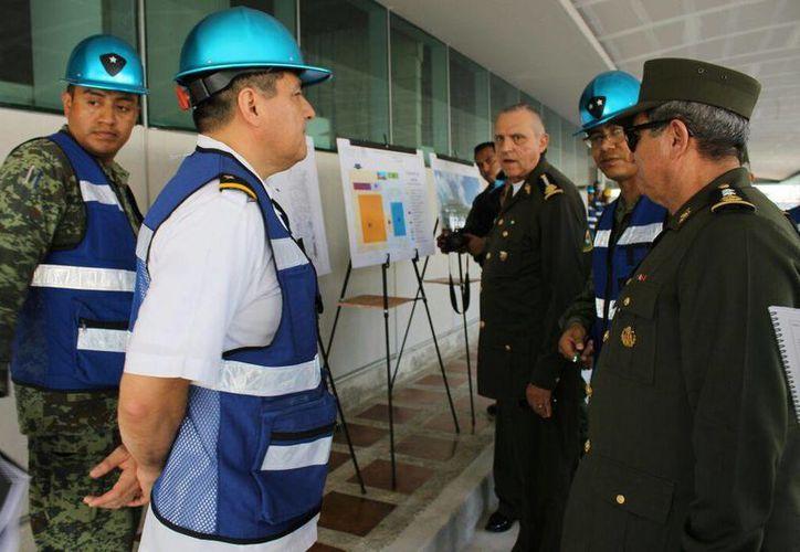 El general Salvador Cienfuegos Zepeda escucha la explicación sobre el nuevo Hospital Militar Regional de Especialidades. (Cortesía X Región Militar)