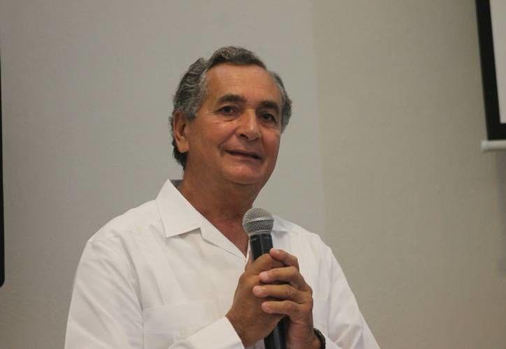 El  Rector de la Universidad Modelo, Carlos Sauri, recibió la constancia de acreditación del plan de estudios de la licenciatura en Psicología. (Foto cortesía)