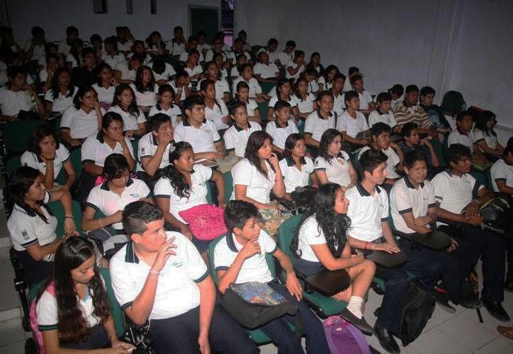 Un total de 390 alumnos del Conalep, la Universidad de Q. Roo y la UNID se han beneficiado con las pláticas. (Redacción/SIPSE)