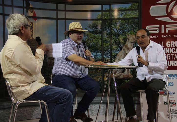 Javier Valdez fue entrevistado en el stand de Grupo SIPSE cuando se presentó en la Filey el 16 de marzo de este año, casi dos meses antes de ser ejecutado. (Archivo/ Milenio Novedades)