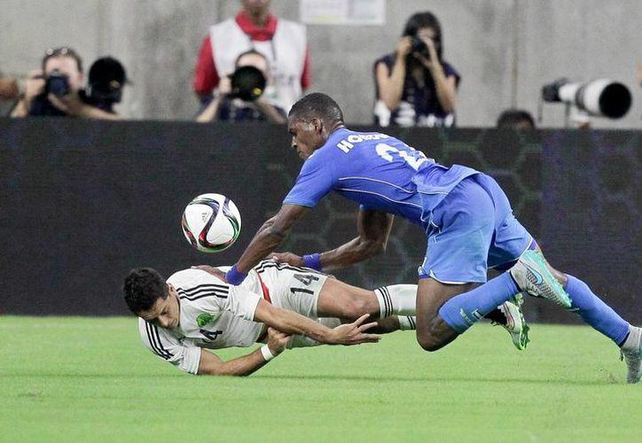 Javier Hernández es la segunda baja por lesión de la selección mexicana que participará en la copa oro. En la foto; Momento de la caída que causó la lesión del 'Chicharito' (AP)