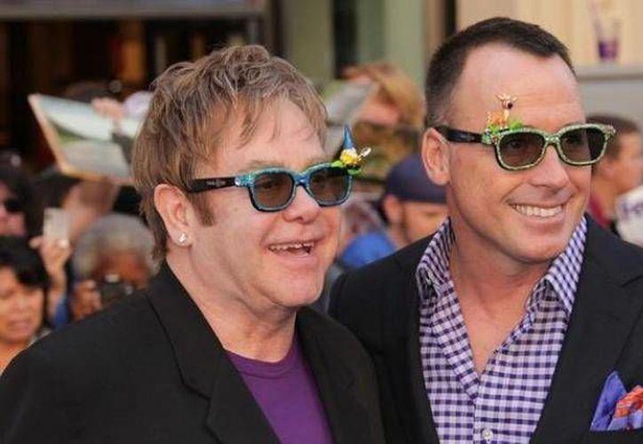 """Según Elton John  el nacimiento de sus hijos reafirma """"la infinita capacidad para amar"""". (Agencias)"""